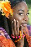 Afrikaanse Gele Vrouw: Het glimlachen en Gelukkig Stock Foto