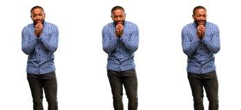 Afrikaanse jonge die mens over witte achtergrond wordt geïsoleerd stock afbeelding