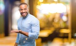 Afrikaanse jonge mens over witte achtergrond stock foto