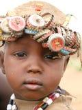 Afrikaanse jongen die kroonkurken draagt royalty-vrije stock afbeeldingen