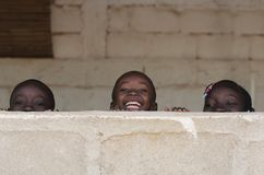 Afrikaanse Jongens en Meisjes die Pret hebben die in openlucht lachen royalty-vrije stock foto's