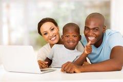 Afrikaanse jongensouders Stock Foto