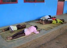 Afrikaanse kinderen die op de vloer slapen stock foto