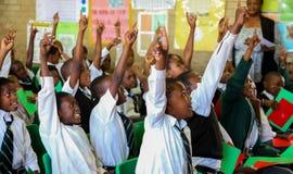 Afrikaanse Kinderen in Lage schoolklaslokaal royalty-vrije stock afbeelding