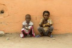 Afrikaanse kinderen op de straat stock foto's