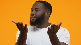 Afrikaanse knappe mens die geldgebaar doen, die om schenking, investering, belastingen vragen stock video
