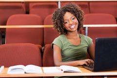 Afrikaanse laptop van het universiteitsmeisje royalty-vrije stock fotografie