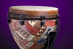 Afrikaanse Latijnse Trommel Djembe op Purple Royalty-vrije Stock Fotografie