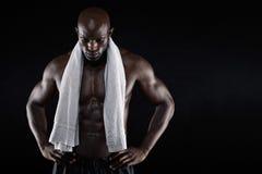 Afrikaanse mannelijke atleet na training Stock Foto's