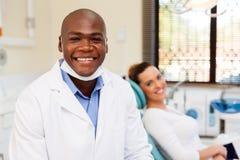 Afrikaanse mannelijke tandarts stock foto's