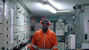 Afrikaanse mariene werktuigkundige in motorcontrolekamer ECR stock videobeelden