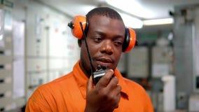 Afrikaanse mariene werktuigkundige in motorcontrolekamer ECR stock video