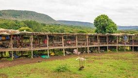 Afrikaanse markt die traditionele met de hand gemaakte toebehoren van Th aanbieden Royalty-vrije Stock Foto
