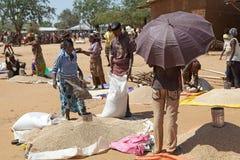 Afrikaanse marktverkoper Royalty-vrije Stock Foto's