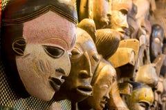 Afrikaanse maskers bij de markt royalty-vrije stock foto's