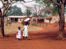 Afrikaanse meisjes met emmer op het hoofd royalty-vrije stock foto