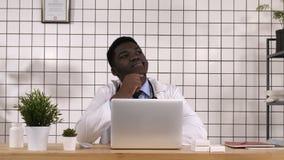 Afrikaanse mens arts die vinger richten die omhoog een idee hebben stock video