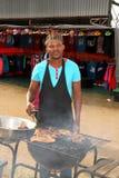 Afrikaanse mens bezig met barbecue Royalty-vrije Stock Afbeelding