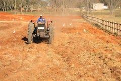 Afrikaanse mens bij tractor het bewerken Royalty-vrije Stock Afbeeldingen