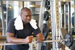 Afrikaanse mens in de gymnastiek royalty-vrije stock fotografie