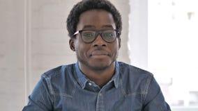Afrikaanse Mens die Aanbieding goedkeuren door Hoofd Te schudden, ja stock videobeelden