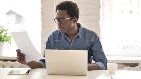 Afrikaanse Mens die Administratie in Bureau doen stock videobeelden