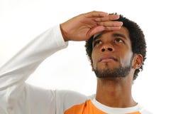 Afrikaanse mens die omhoog geïsoleerdj kijkt Stock Foto