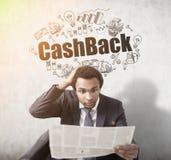 Afrikaanse mens met krant en cashback Stock Fotografie