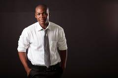 Afrikaanse mens op zwarte royalty-vrije stock fotografie