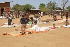 Afrikaanse mensen bij de markt Stock Afbeelding