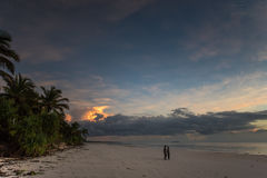 Afrikaanse mensen bij zonsondergang bij het strand in het Eiland van Zanzibar Stock Fotografie