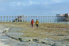 Afrikaanse mensen die op het strand tijdens eb in Zanzibar Tanzania lopen Royalty-vrije Stock Afbeeldingen