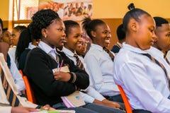 Afrikaanse Middelbare schoolstudenten in een klaslokaal stock fotografie