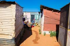 Afrikaanse moeder en kindwaskleren in Soweto-Ne Met een laag inkomen royalty-vrije stock foto