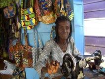Afrikaanse naaister in haar winkel, Ghana, West-Afrika Stock Foto's