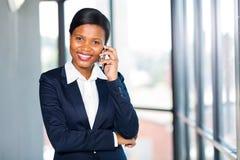 Afrikaanse onderneemster sprekende telefoon royalty-vrije stock fotografie