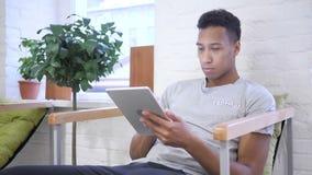 Afrikaanse Ontwerper Working bij Tablet, het Typen en het Doorbladeren stock videobeelden