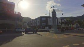 Afrikaanse Politievrouw die Verkeer in Victoria Town, Mahe Island, Seychellen leiden stock videobeelden