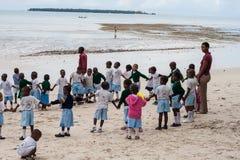 Afrikaanse schooljonge geitjes openlucht met leraren stock fotografie