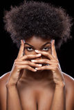 Afrikaanse schoonheid die gezicht behandelen met handen Royalty-vrije Stock Fotografie