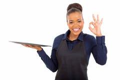 Afrikaanse serveerster die o.k. geven Stock Afbeelding
