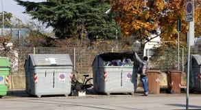 Afrikaanse slechte kerel die in afval kijken te eten iets Stock Foto