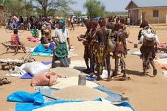 Afrikaanse stammenmensen bij de markt Stock Afbeelding