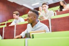 Afrikaanse student en klasgenoten royalty-vrije stock afbeeldingen