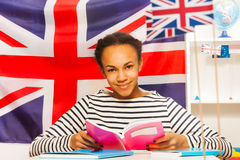 Afrikaanse student in het boek van de japonlezing bij de klasse Royalty-vrije Stock Foto