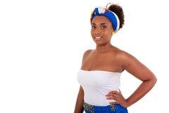 Afrikaanse tiener die traditionele kleren draagt Stock Foto