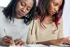 Afrikaanse tienerstudenten die bij bureau samenwerken royalty-vrije stock foto's