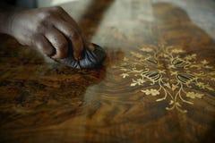 Afrikaanse Timmerman Polishing Antiques royalty-vrije stock foto's