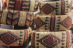 Afrikaanse traditionele met de hand gemaakte parelsarmbanden Bruine beige kleuren Stock Fotografie