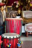 Afrikaanse trommels of djembe binnen een muziekwinkel Stock Afbeelding